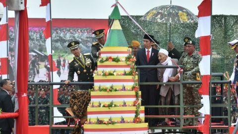 Jokowi dan KH. Sholeh Qosim Memotong Tumpeng HUT TNI ke72