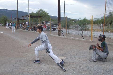 Jorge García de Yankees en el softbol del Club Sertoma.