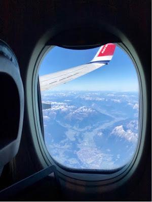 Utsikt over Alpene fra et flyvindu.