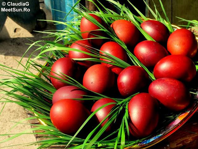 oua rosii - iarba verde de acasa