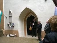 06 - Dessewffy Arisztid felújított sírboltjánál és emléktáblájá.jpg
