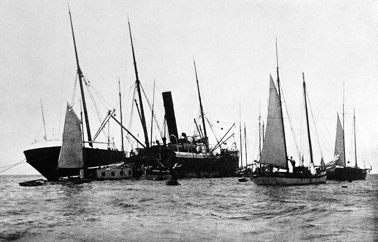 El ALICIA rodeado de pequeñas embarcaciones de rakeros. 1905. De la web National Park Service. Biscayne. Florida.jpg