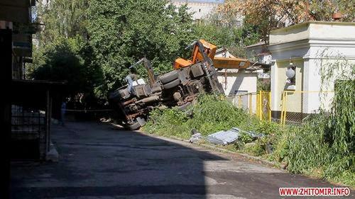 Во дворе одного из жилых домов Житомира упал автомобильный кран. ФОТО