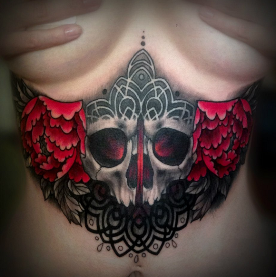 incrvel_floral_e_crnio_tatuagem_sob_mama