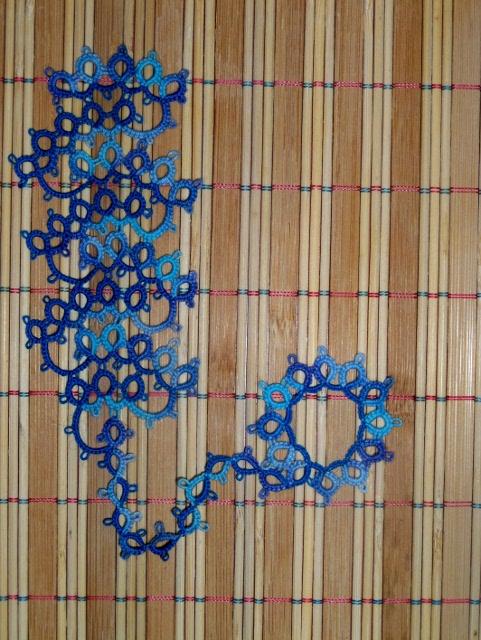 Señalador en frivolité en tonos azules