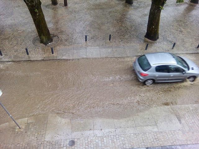 Dilúvio na cidade de Lamego leva os bombeiros e proteção civil para a rua