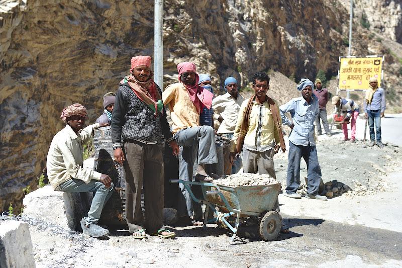 O foarte mica parte din armata ce construieste si ingrijeste drumurile indiene.