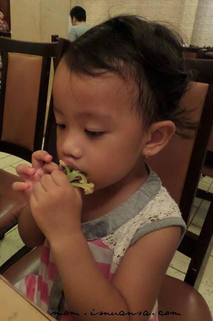 Makan di Restoran TipTop Medan