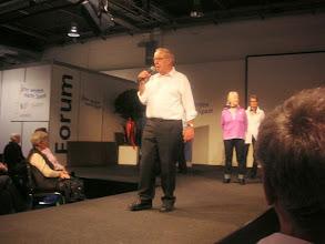 Photo: Der Chef des Forums, Herrn Fasnacht kündigt die nächste Veranstaltng an, eine Modeschau der Firma Modeva.