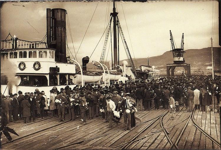Vapor TORDERA en Vigo. Embarque de tropas destino a Marruecos. Ca 1921. Archivo Pacheco. Del libro ASTILLEROS DEL AYER AL HOY. 1877-1991.jpg