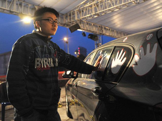 Rela Nyentuh Mobil Selama 4 Hari Demi BMW