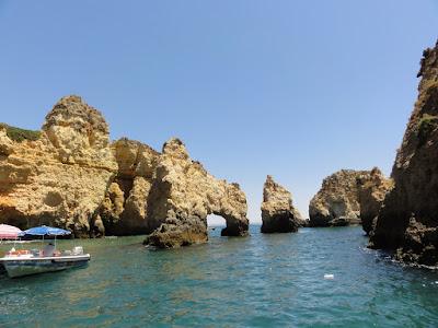 Sjøen mellom klipper og grotter.