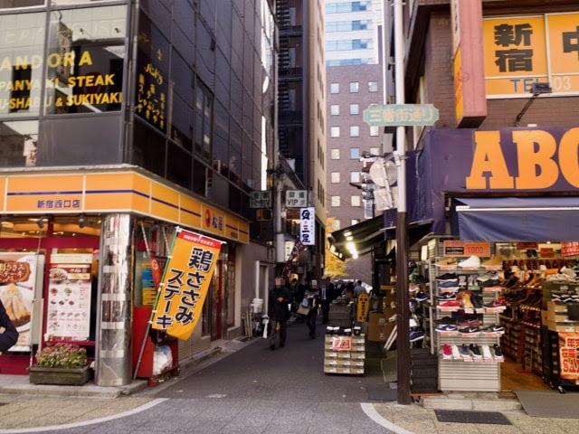 新宿西口の豚珍館のある通り。松屋とABCマートの間。