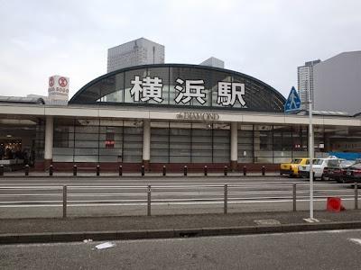 横浜駅西口、バスロータリー側の横浜駅のデカイ文字