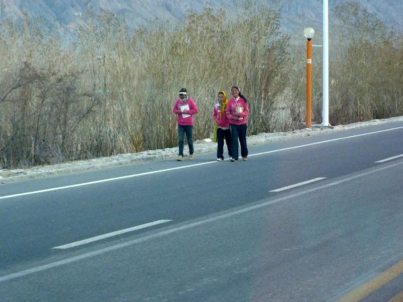 Enfants se rendant à l�école. J'ai estimé à 5 kilomètres aller la distance qu'il leur faut parcourir...