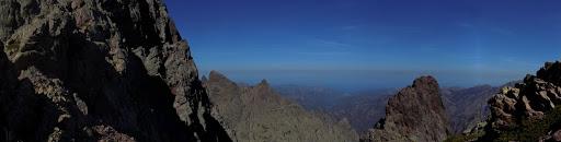 Arrivée à Bocca di Serra Pianella face au versant Filosorma avec la crête Capu Rossu - Capu Scaffone