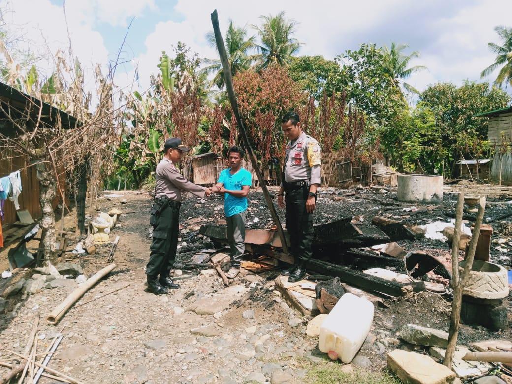 Bentuk Kepedulian Kapolsek Lilrilau Kunjungi Korban Kebakaran Berikan Bantuan