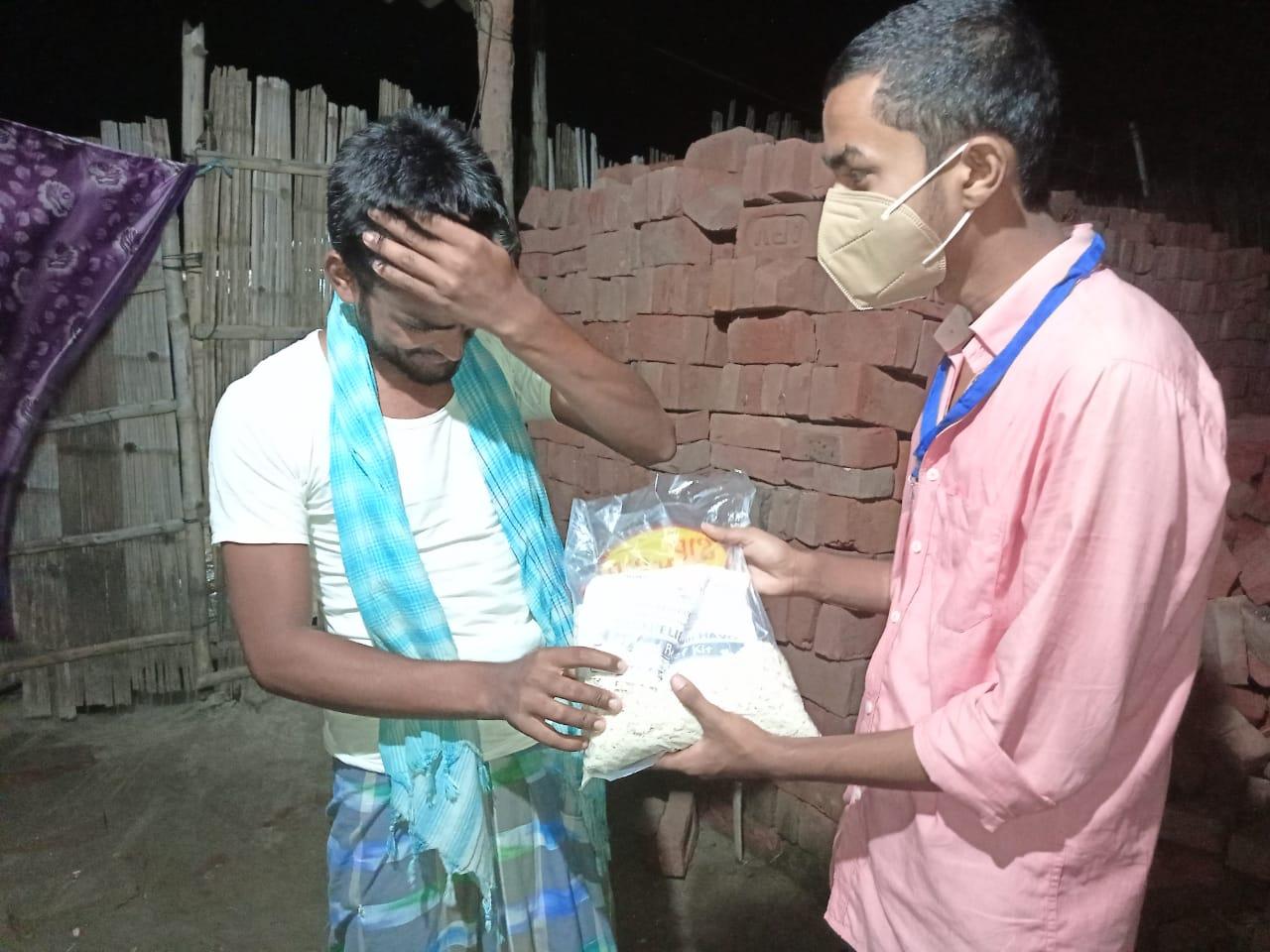 अंधेरी रातों में बाढ़ प्रभावित जरूरतमंदों के लिए हिंदुस्तान आवाम वॉयस एंड ऑर्गेनाइजेशन ने बढ़ाया मदद का हाथ।