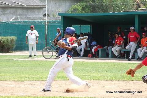 Ricardo Pacheco bateando por Yaquis en el beisbol municipal