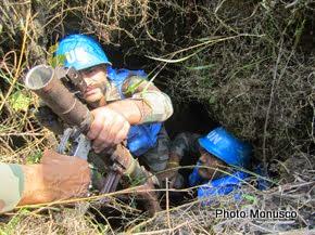 Des casques bleus de la Monusco découvrent une cache d'armes jeudi 31 juillet 2014 à Kingi au Nord-Kivu. Photo/ MONUSCO Force