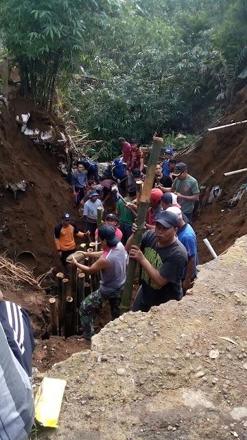 Warga Bergotong Royong Mengatasi Dampak Banjir