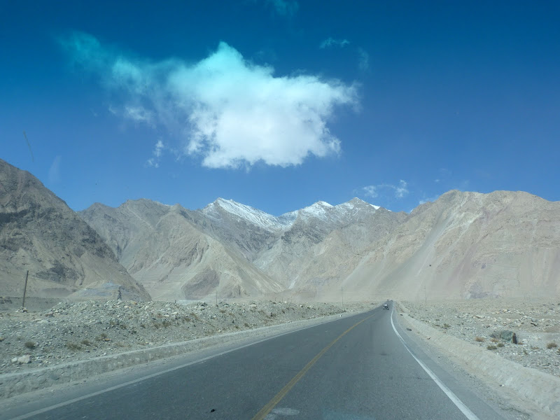 XINJIANG. Karakoram Highway, lune des plus haute route au monde, en passant a 4400 m - P1280474.JPG
