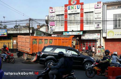 Truk Tronton Nyuksruk Tabrak Toko di Cibadak, Begini Kondisinya