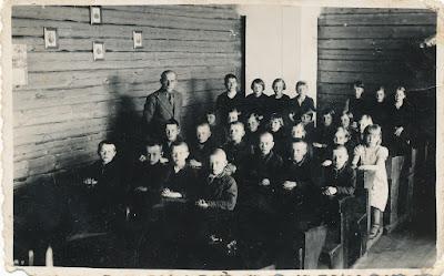 Учитель - Федор Дмитриевич Васильев, правее от него также у стенки  учительница Н. Тупиц,рядом с учительницей Дружинина1939 г.(из семейного архива Заболотной Т.И.)