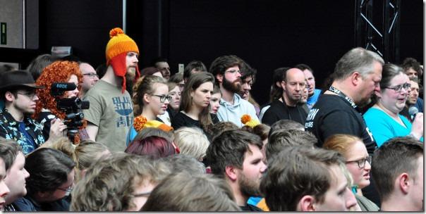 Er bevinden zich duidelijk enkele Browncoats in het publiek...