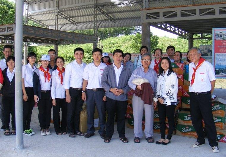 Đoàn TNTT Tôma Thiện Giáo xứ Phước Hòa trao quà Giáng sinh cho Giáo xứ Khánh Vĩnh