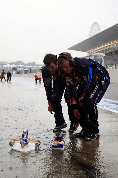 Mecánicos de Red Bull jugando a los barquitos en Suzuka 2010