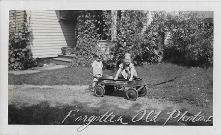 Kids and wagon Grand R flea mkt