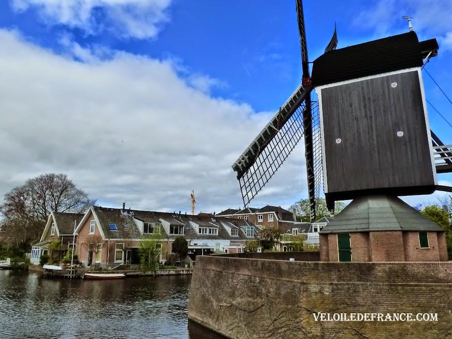 """""""Molen de Put"""" à Leiden, moulin à blé du 17e sièle reconstitué à cet endroit - e-guide de balade à vélo autour de Leiden"""