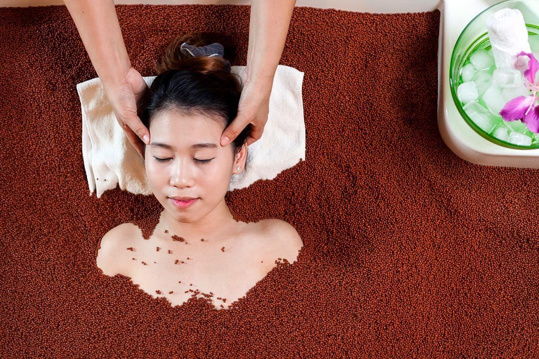 Head Massage in a Sand Bath Tub | Thailand Insider