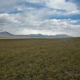 Kara Say : biotope de nombreux Colias. Au lointain, la chaîne du Terskey, 11 juillet 2006. Photo : B. Lalanne-Cassou