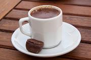 Чаят е национална напитка в Турция и наистина се пие много и навсякъде. Сервира се в стъклени чаши във формата на лаленце, поставени в дълбоки чинийки от порцелан, пластмаса, стъкло или метал.