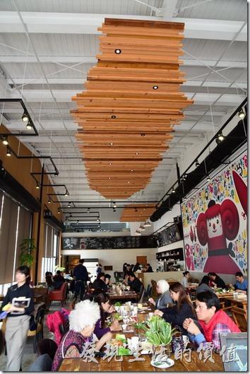 台南光合箱子早午餐咖啡廳的裝潢整體特色應該就是長條形挑高的明亮餐廳。