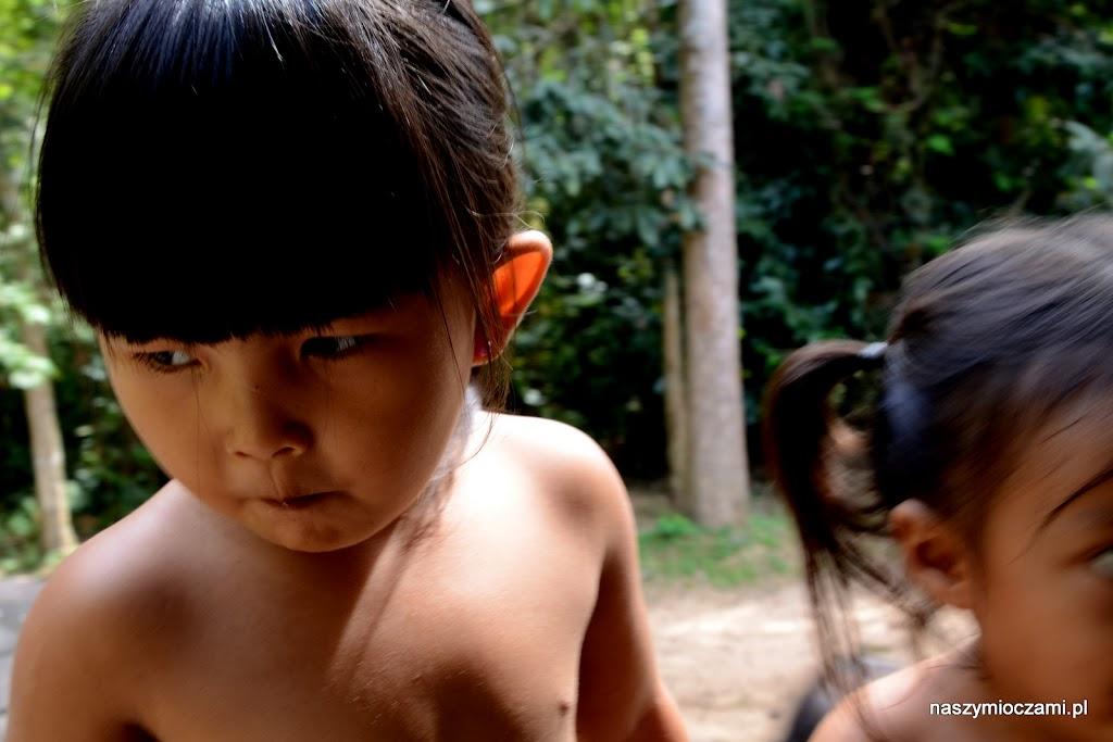 Mali mieszkańcy okolic Siem Reap, często zamiast w szkole, spędzają czas wśród świątyń, próbując zarobić sprzedając pamiątki.