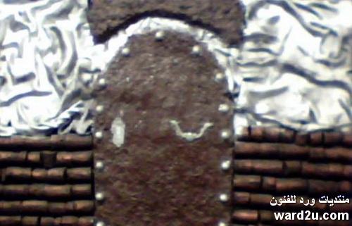 باب قديم وسقيفة من عجينة الورق