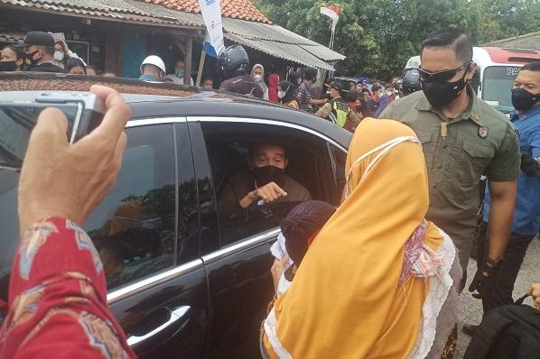 Bagikan Bantuan Sembako ke Warga Cirebon, Jokowi Kembali Bikin Kerumunan