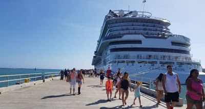 """El crucero Carnival Horizon, modelo 2018 y de 125 mil toneladas, arribó este sábado al puerto Amber, en la Bahía de Maimón, Puerto Plata, con un total de 6,070 visitantes (4,645 pasajeros y 1,425 tripulantes), el más grande que haya llegado a República Dominicana. El crucero fue recibido con una ceremonia de bienvenida en la que participaron el viceministro de Turismo, Julio Almonte; el director de Gabinete de Autoridad Portuaria, Aníbal Peña; el director de Amber Cove, Mo Al Mowlen. Una comunicación de prensa dice que Luigi de Angeles, capitán del """"impresionante crucero Carnival Horizon"""", agradeció a la República Dominicana por el cálido recibimiento externado hoy. Angeles dijo sentirse motivado y agradecido por la hospitalidad en la Costa Norte y señaló que el crucero Horizon solo tiene semanas de salir al mercado, por lo que es el primero de muchos futuros viajes a República Dominicana, entre ellos el del próximo 18 de junio. Moe Al Mowlen entregó la placa de distinción al capitán y este a su vez intercambió reconocimientos con las autoridades locales. A la ceremonia también asistieron el general de la Policía Nacional Olivence Minaya; el coronel de Cestur, Carlos Rodríguez; Amin Vásquez, el director de Logistica de Autoridad Portuaria, entre otros."""