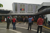 Sambutan Meriah Ojek Pangkalan di Depan Stasiun Tana Abang, OJOL Santai di Tempat