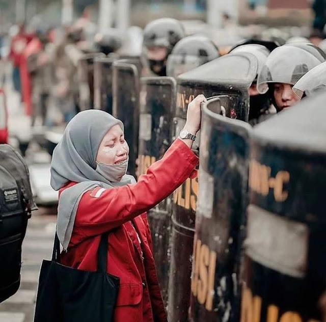Foto Momen Terbaik Dari Demo DPR
