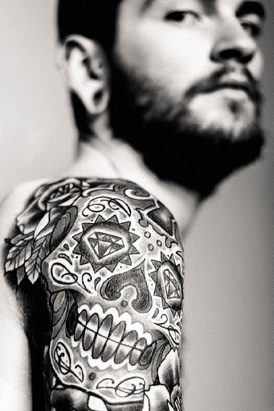 o_preto_e_o_cinza_da_tatuagem