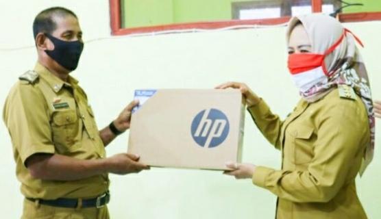 Bupati Winarti Tinjau Operasi Pasar Murah, Serta Berikan Bantuan Laptop Dan Insentif Guru