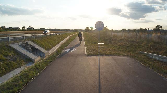 Kolejne ekstra połączenie: serwisówka przechodzi w drogę dla rowerów.