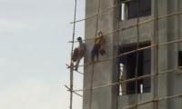 عاملان بناء متهوران