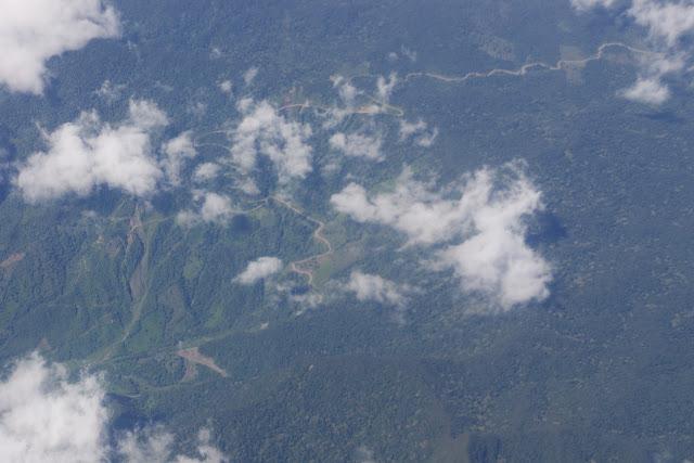 Vue aérienne : la piste vers Chical (Carchi, Équateur). 15 décembre 2013. Photo : J.-M. Gayman