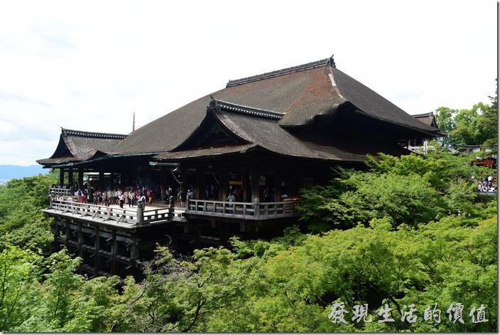 其實想要拍攝「清水寺」,最好是順著寺方的路標一路往前走到距離清水寺有一小段距離的地方,從這個地方來拍攝清水寺才是最好的景點。