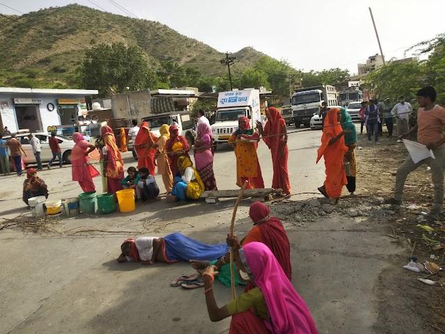 सब्र का बांध टूटा, पानी के लिए महिलाओं ने सड़क पर लेटकर प्रदर्शन किया, पाटन के वार्ड नं 01 का है मामला